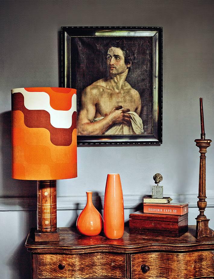 яркие аксессуары в винтажном интерьере дома