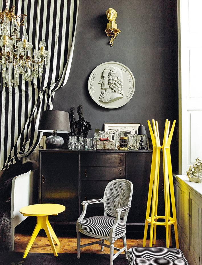 черный цвет стен в интерьере и желтая мебель