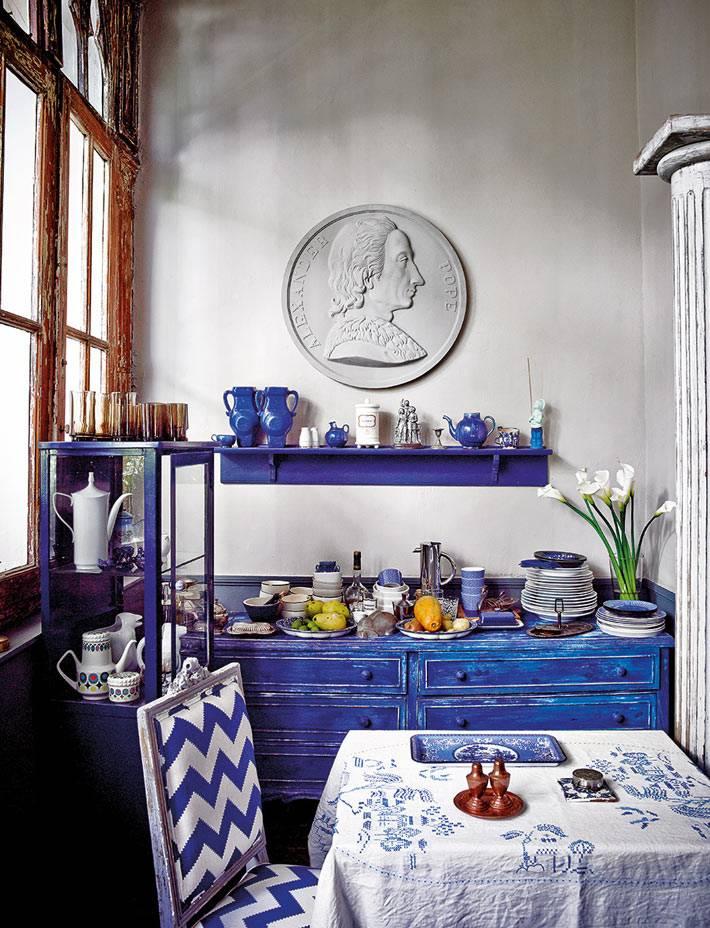 синяя мебель в необычной кухне