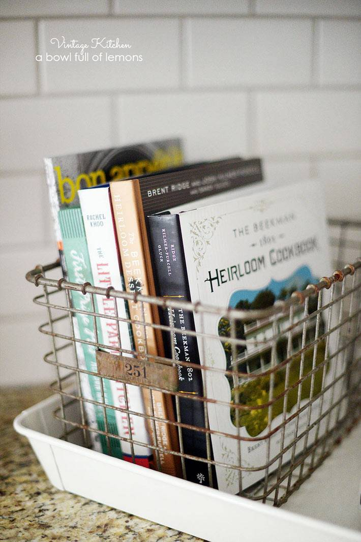 металический ящик на кухне для хранения кулинарных книг