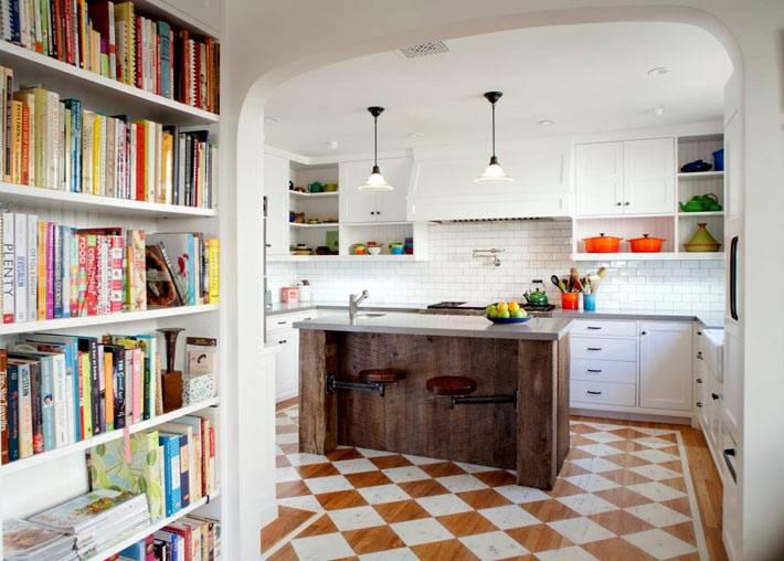 стеллаж в нише для кулинарных книг на кухне