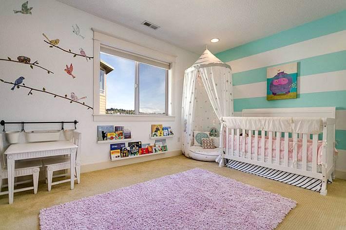 акцентная стена с яркими полосами в интерьере детской комнаты