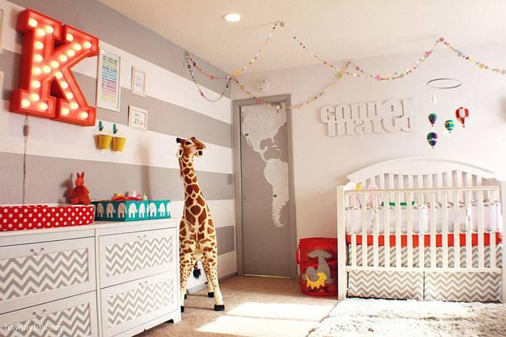 красивый интерьер детской комнаты с полосатыми стенами