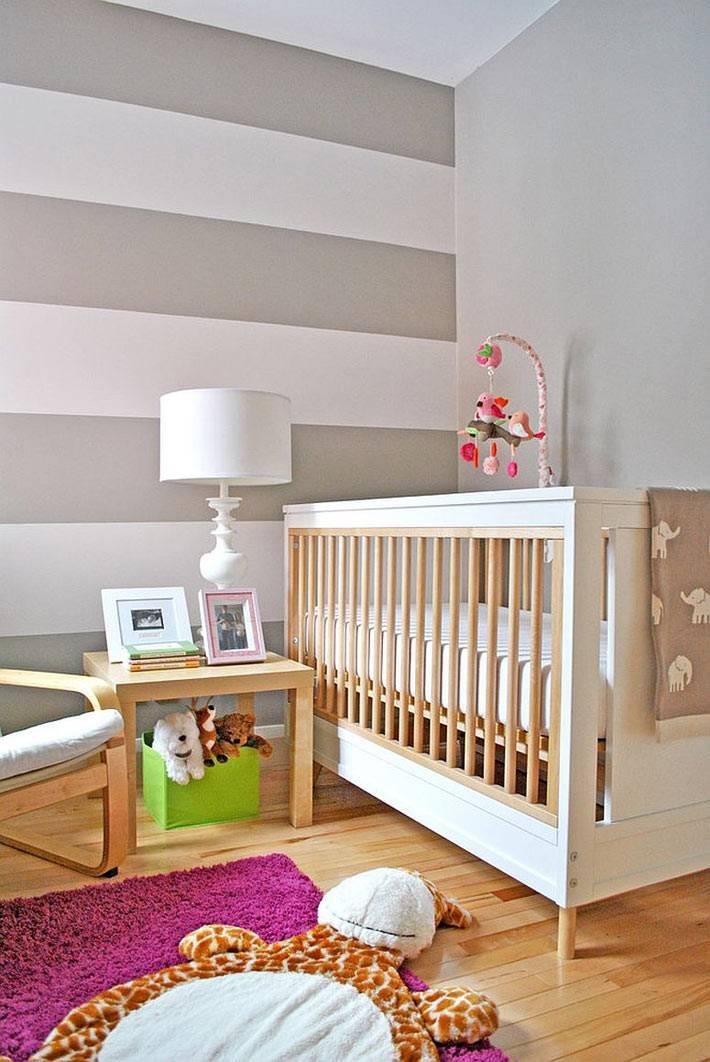 пастельные цвета в детской комнате с полосатой стеной