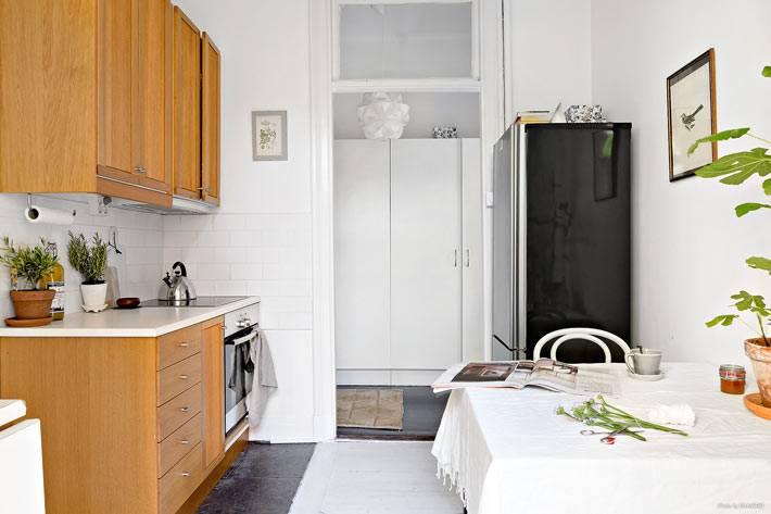 интерьер кухни в сочетании деревянной мебели и белых стен