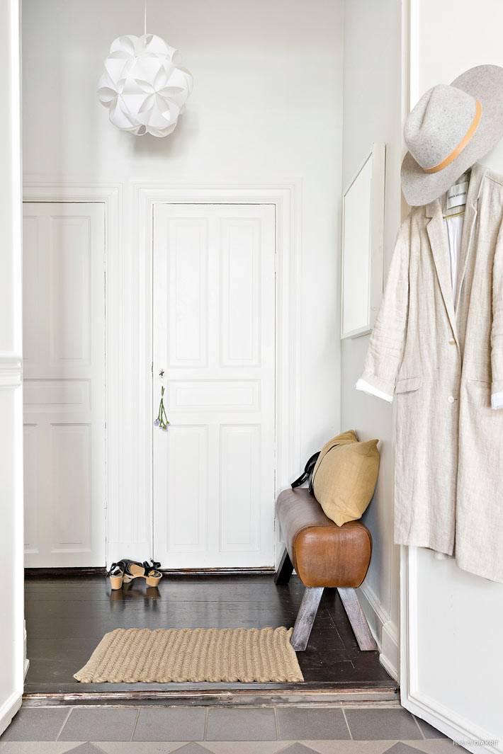 входная дверь квартиры белого цвета