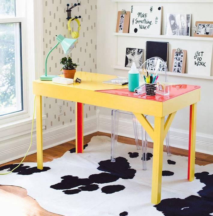 яркий желтый стол в интерьере домашнего офиса