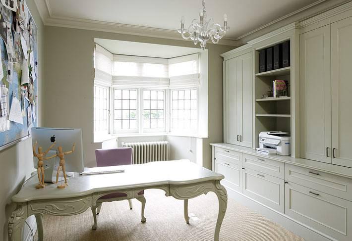интерьер домашнего офиса в эркером