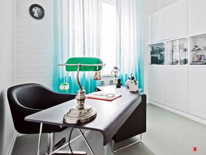 белые стены в интерьере домашнего офиса