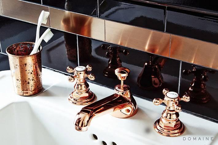 золото на фоне черного цвета в дизайне ванной комнаты фото