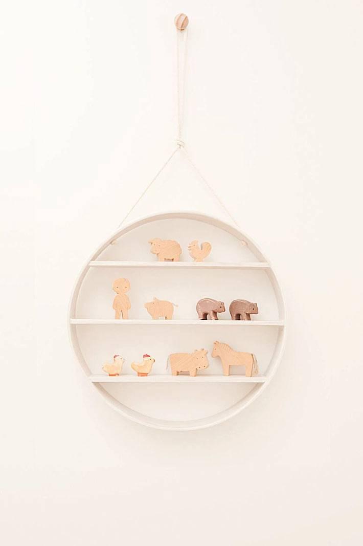 кргулая полка для игрушек в детской комнате