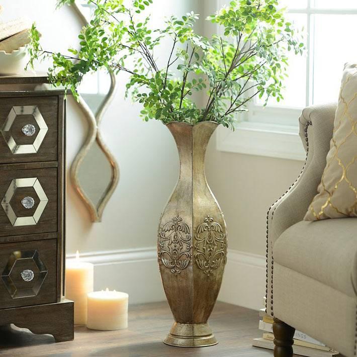 красивая напольная ваза из меди