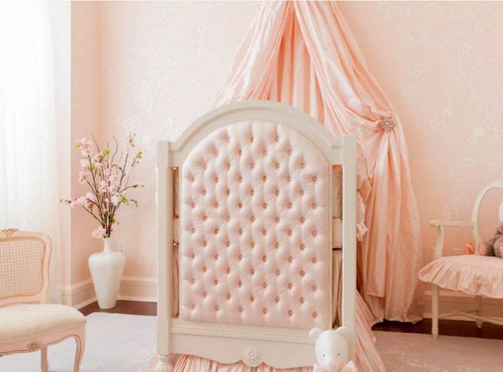 белая напольная ваза в интерьере детской комнаты
