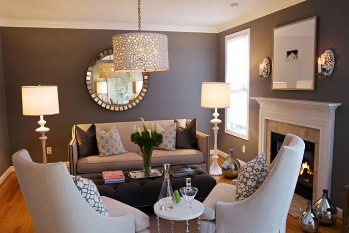 красивый интерьер гостиной комнаты с напольными вазами