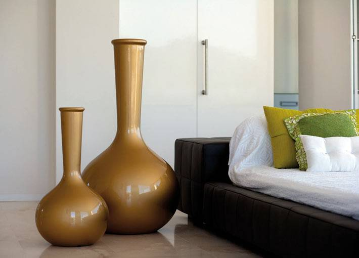 красивые золотые напольные вазы в интерьере