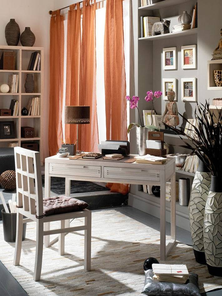 напольные вазы в интерьере кабинета фото