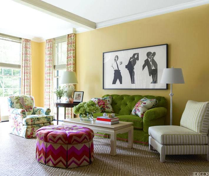 желтый цвет на стенах в интерьере гостиной комнаты