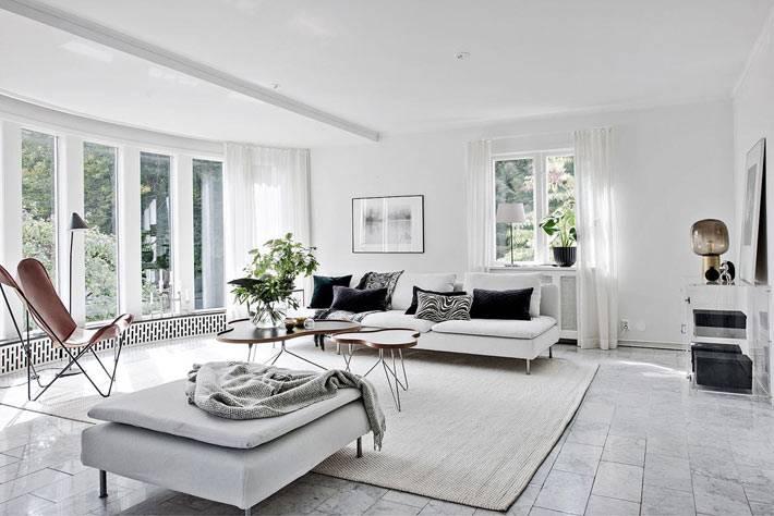 дизайн интерьера гостиной комнаты в белом цвете