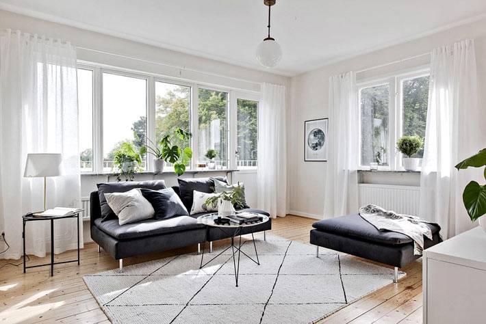 контрастная мебель на фоне белых стен в интерьере гостиной комнаты