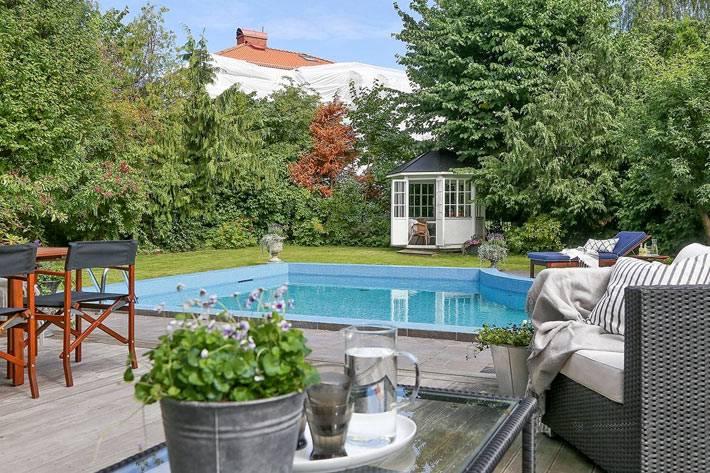 загородный дом с внутренним двором и бассейном