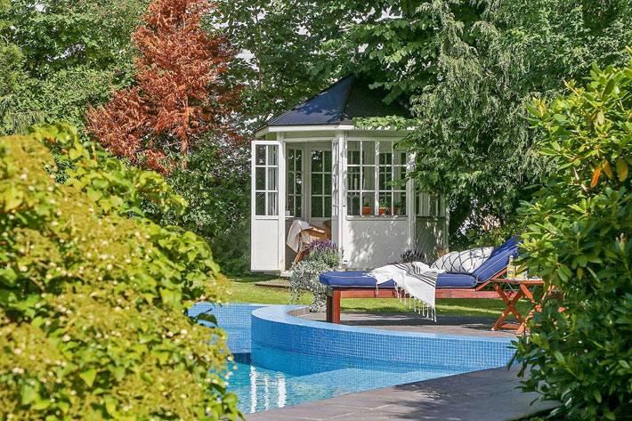 красивый внутренний двор с бассейном