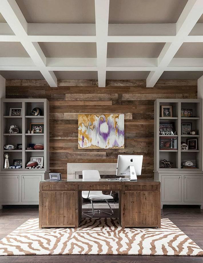 интерьер домашнего офиса с деревянной стеной фото