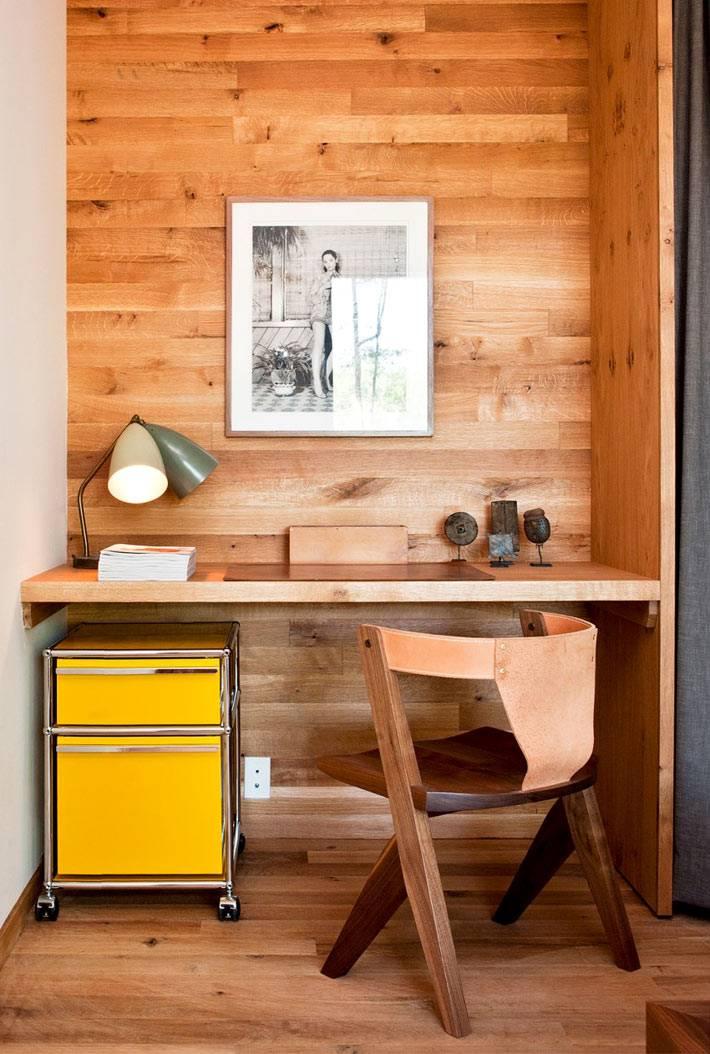 деревянная мебель и стены в интерьере рабочего кабинета фото