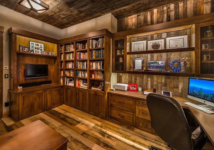 деревянная мебель и деревянные панели в оформлении домашнего офиса фото