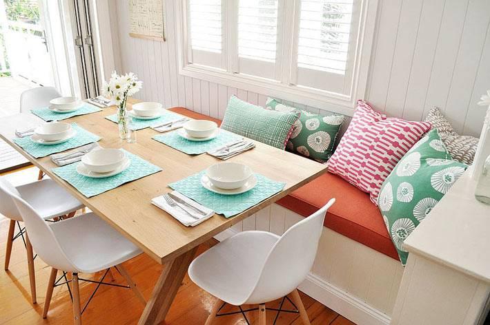 светлый интерьер столовой комнаты из натуральных материалов