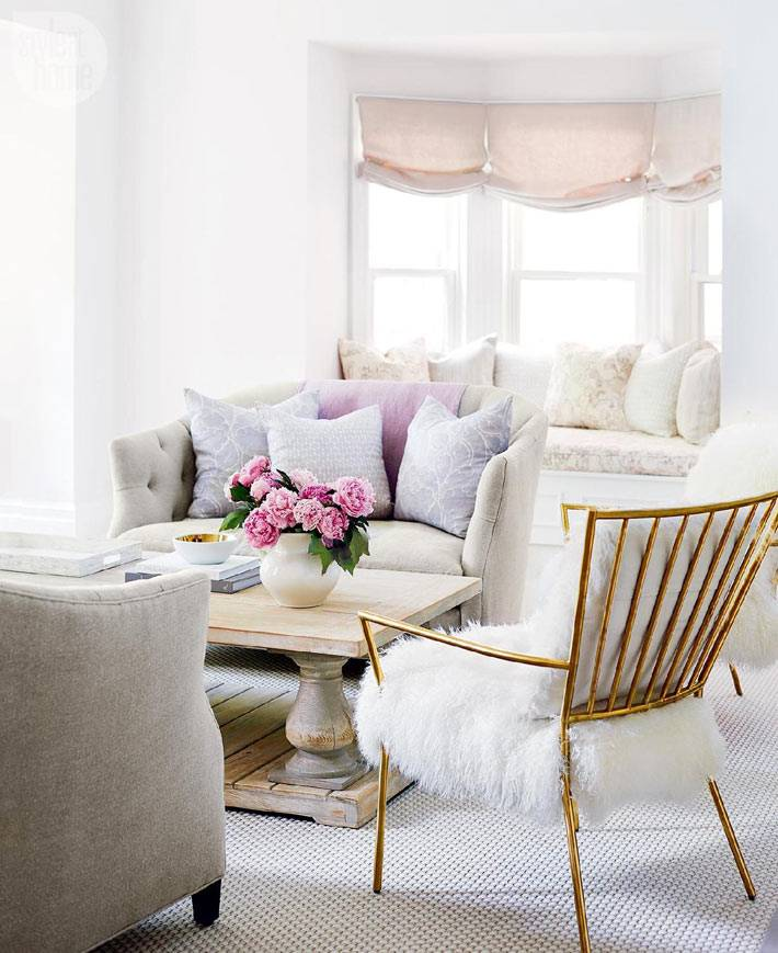 нежные пастельные оттенки в дизайне интерьера гостиной комнаты