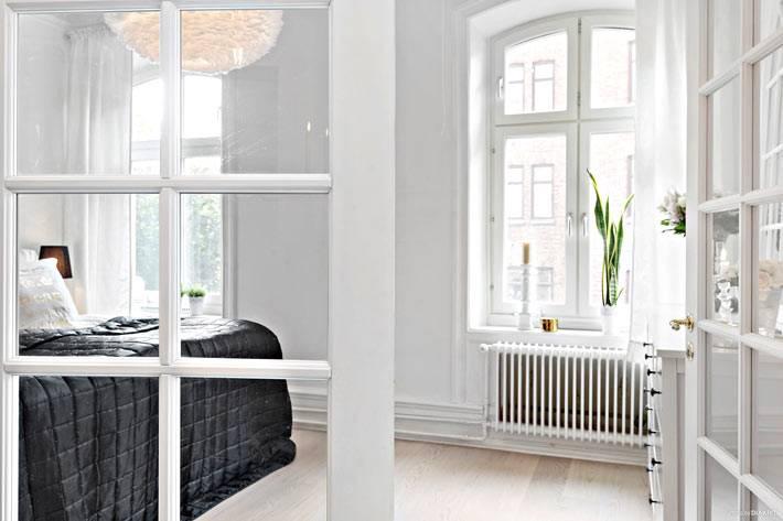 белые стены в интерьере спальной комнаты