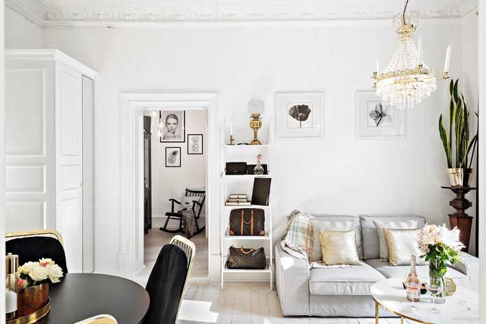 красивый интерьер гостиной комнаты с белыми стенами