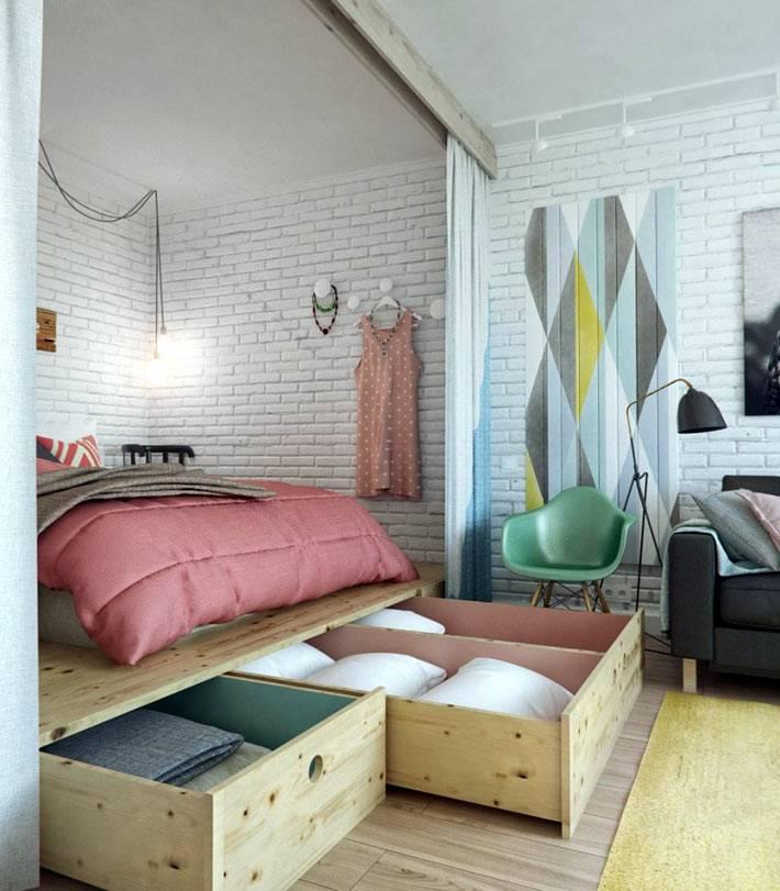 кровать-подиум в нише однокомнатной квартиры