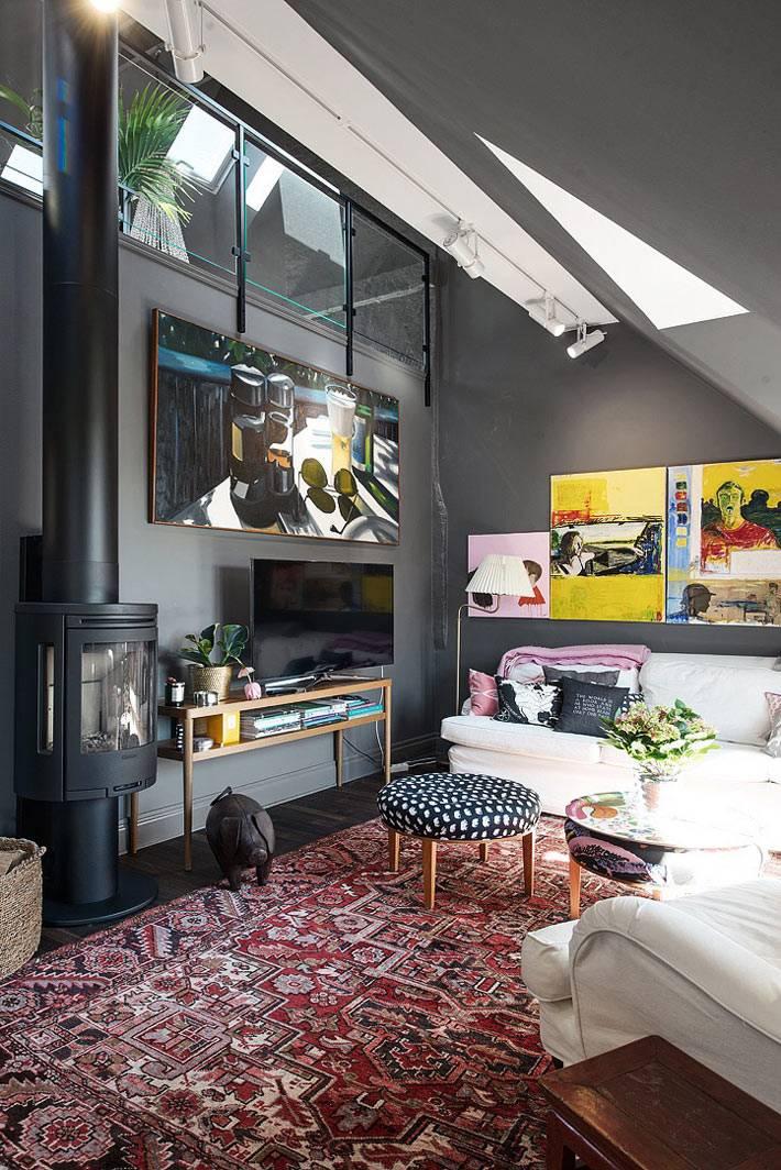 мансардные окна в интерьере квартиры с черными стенами