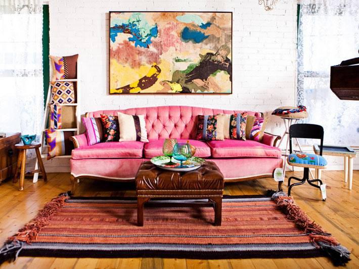 диван розового цвета в интерьере современной гостиной