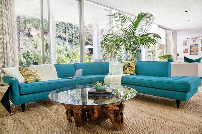 большой синий диван в современном интерьере