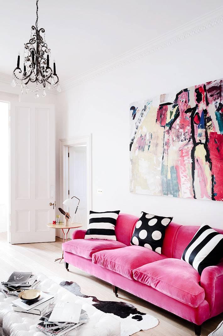 болый интерьер гостиной с розовым диваном