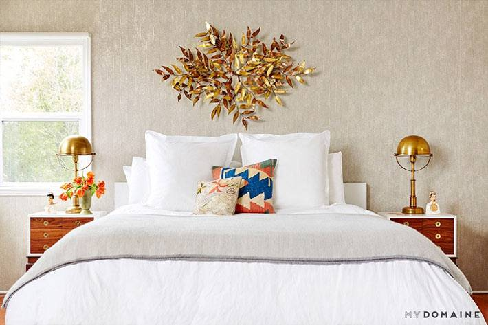 золотые лампы на прикроватных тумбах в спальне