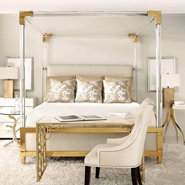 красивый интерьер спальни с золотым декором