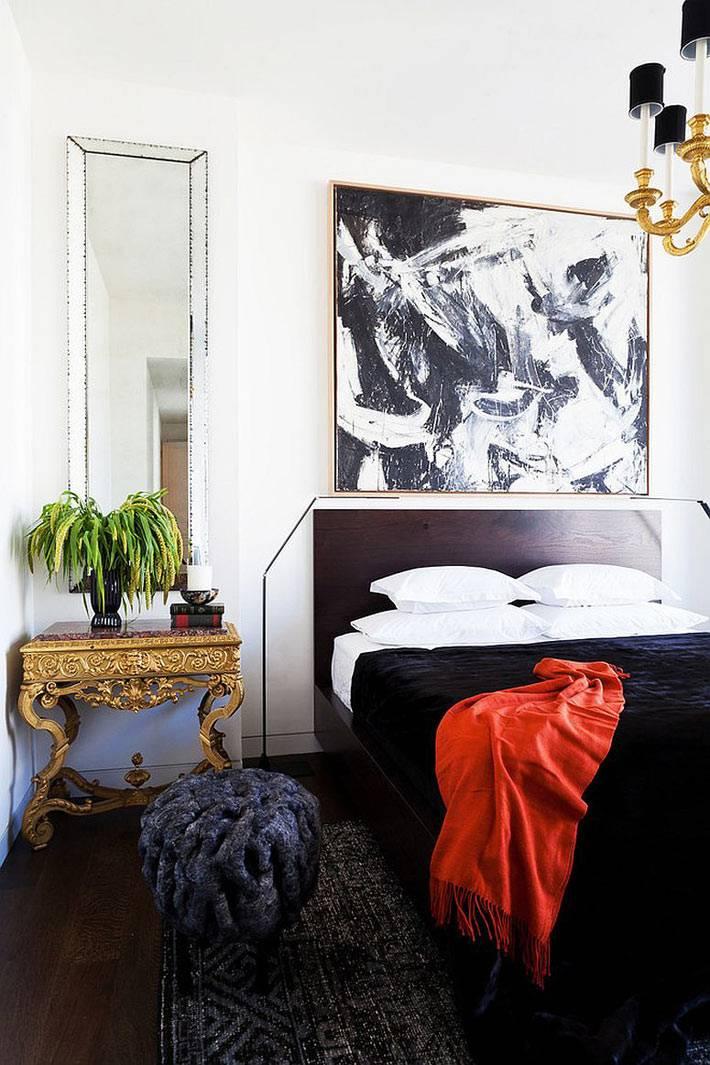 золото прикроватного столика в интерьере спальни фото
