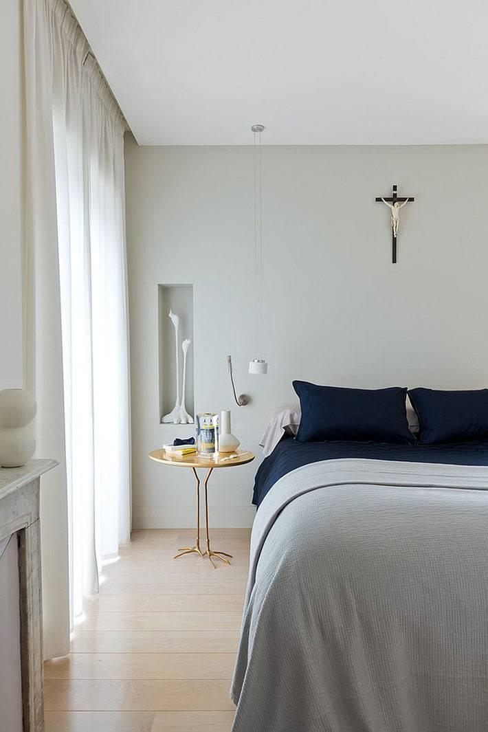 золотой прикроватный столик в интерьере спальни фото