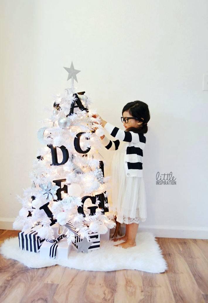 белая новогодняя елка с черными украшениями