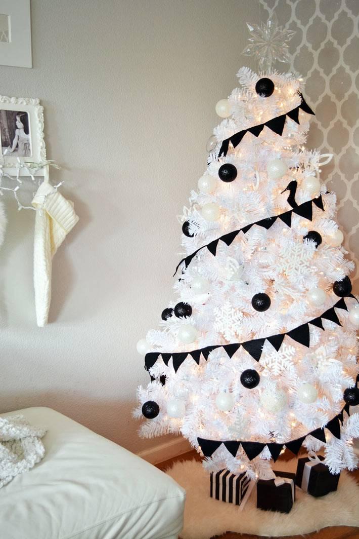 белая елка с черной гирляндой и черными игрушками фото