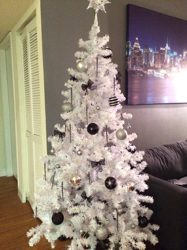 белая елка в темном интерьере фото