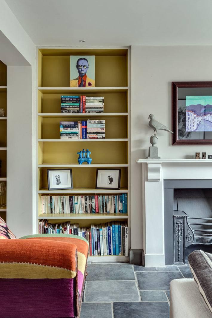 яркий диван и желтая книжная полка в дизайне интерьера
