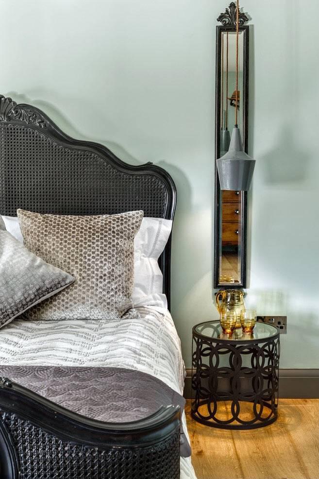 круглый прикроватный столик в дизайне спальни фото