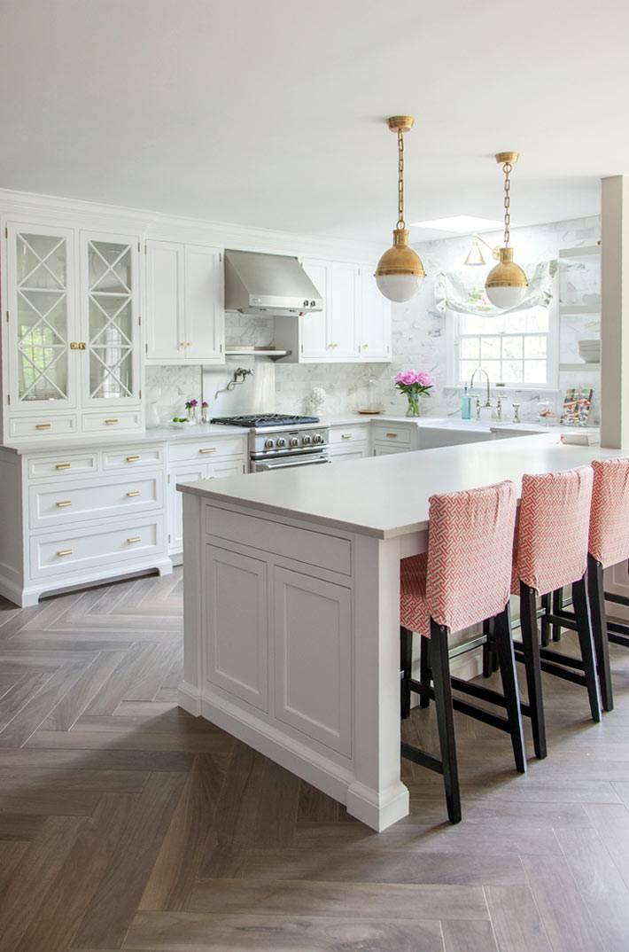 красивый интерьер кухни в нежных белых и розовых оттенках