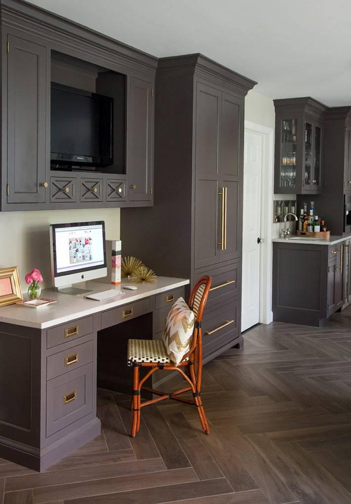 рабочий стол с компьютером в интерьере кухни