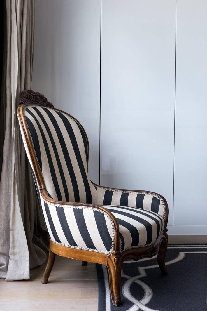 красивое кресло в полоску в интерьере спальни