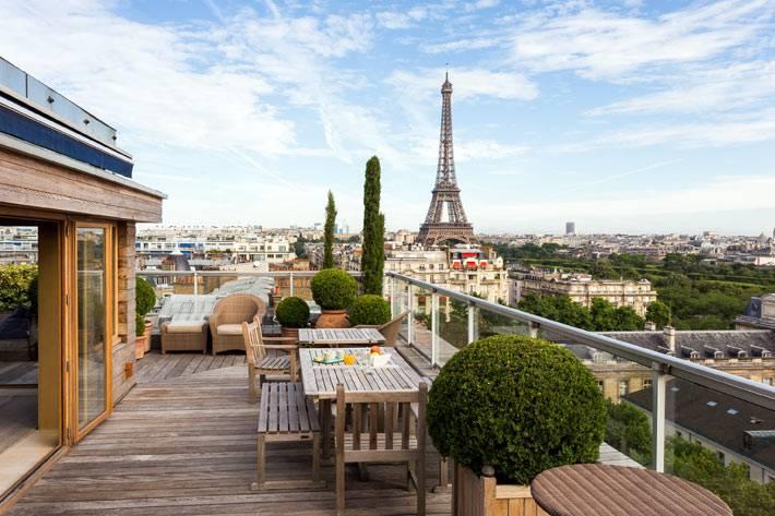 красивая открытая терраса с видом на Эйфелеву башню
